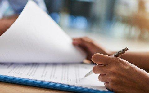 Osoba podpisuje dokument